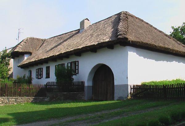 Tradiční hliněný dům sdoškovou střechou, Muzeum tradičního bydlení aperleťářství vSenetářově