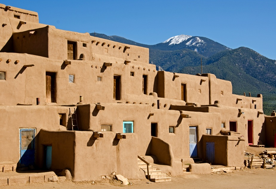 Indiánská hliněná vesnice postavená technikou adobe, Taos Pueblo, New Mexico, USA