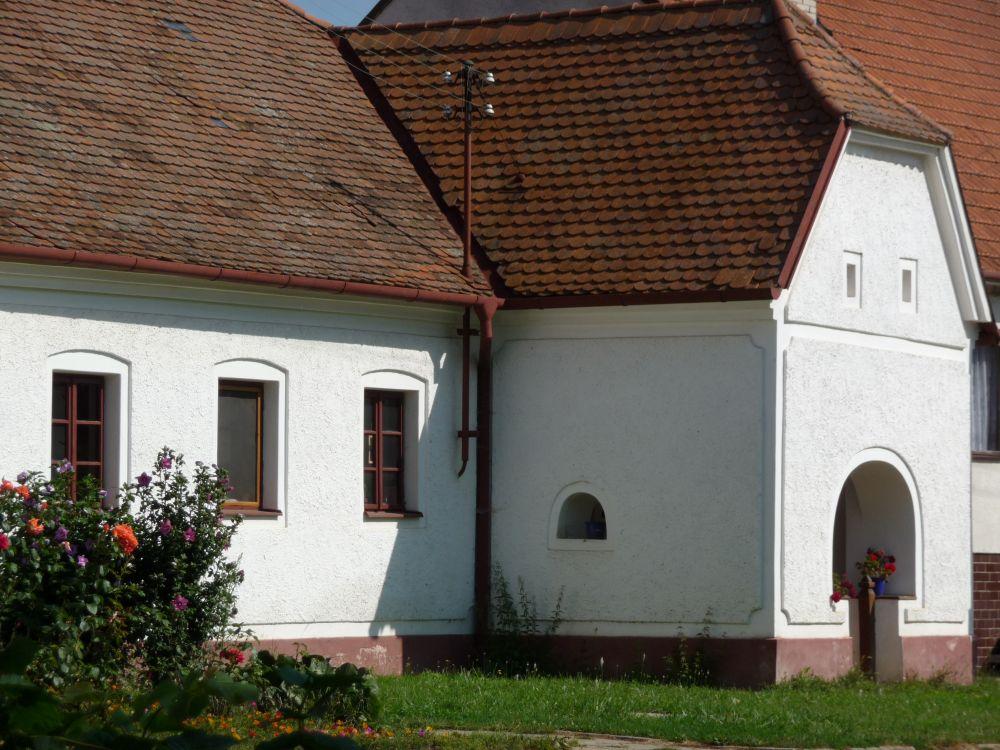 Hliněná stavba vevesnické památkové zóně Lysovice.